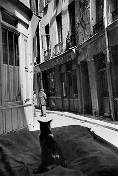 henri-cartier-bresson-paris cat with two men